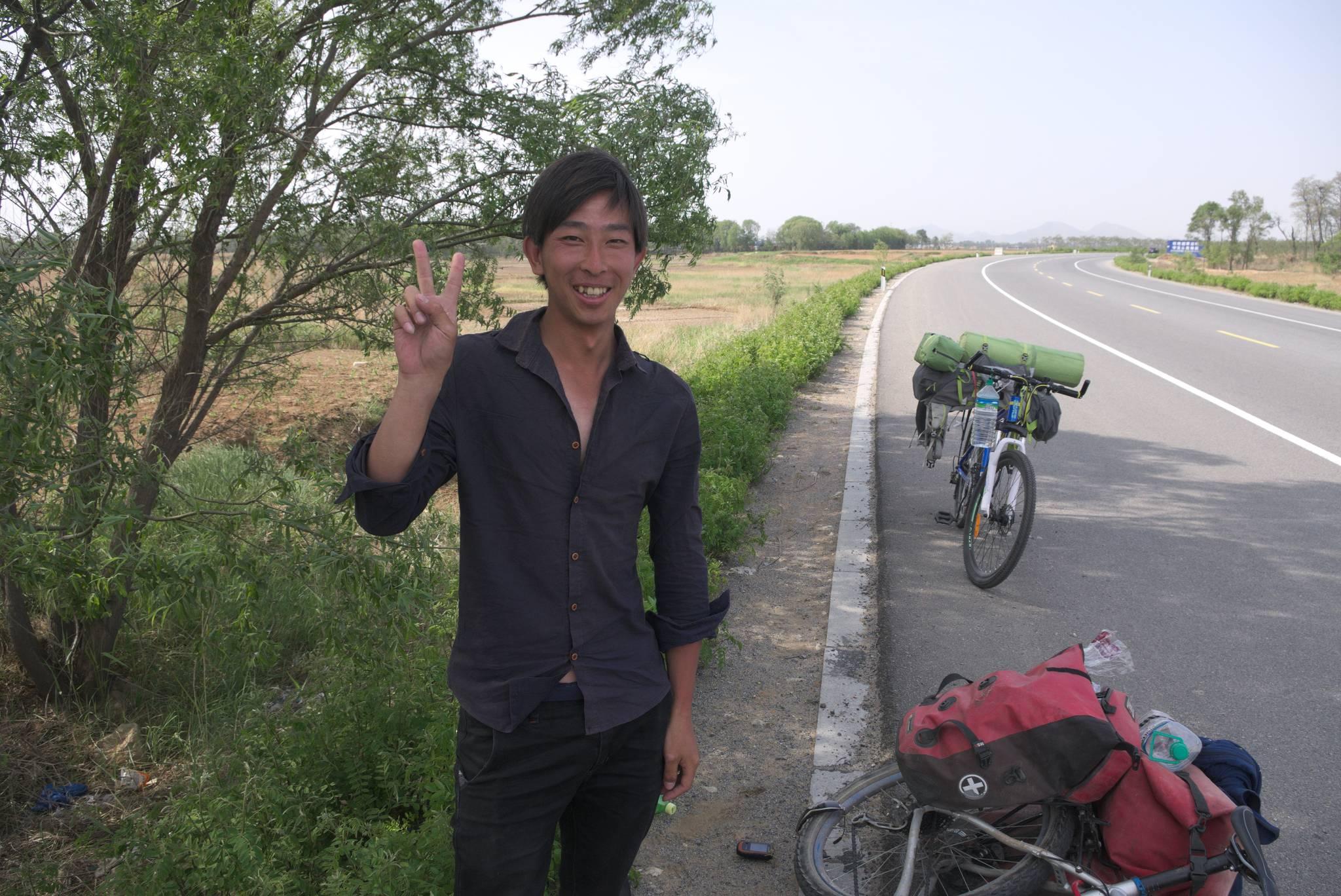 Ten wesoły obywatel jedzie wzdłuż wybrzeża, z Dalian do Tiencin. Zgarniam go po drodze.