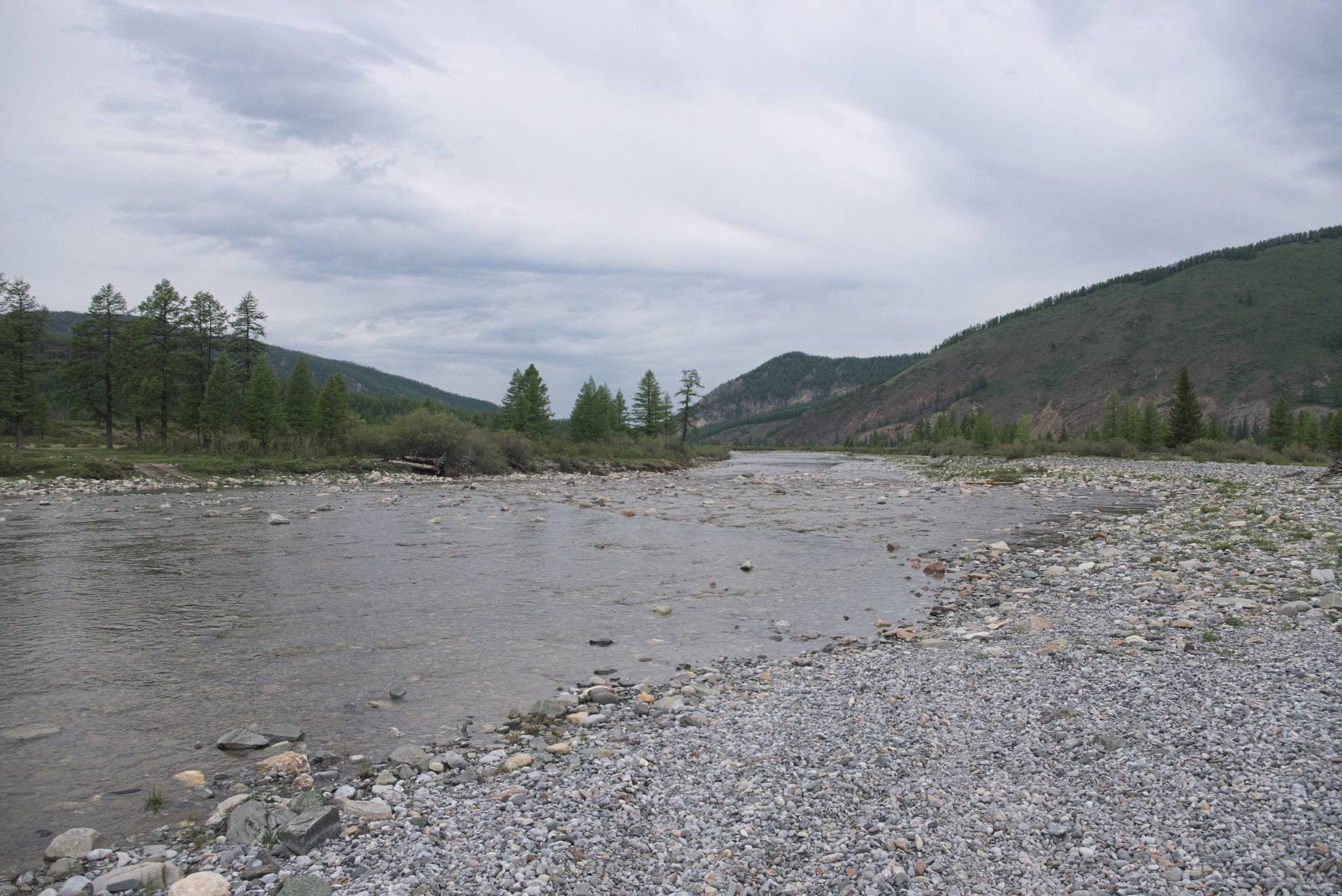 Dalsza droga polega na cyklicznym przekraczaniu tej rzeki. Ja nie mam problemu z zimnem w nogach, więc pozostało napierać do przodu.