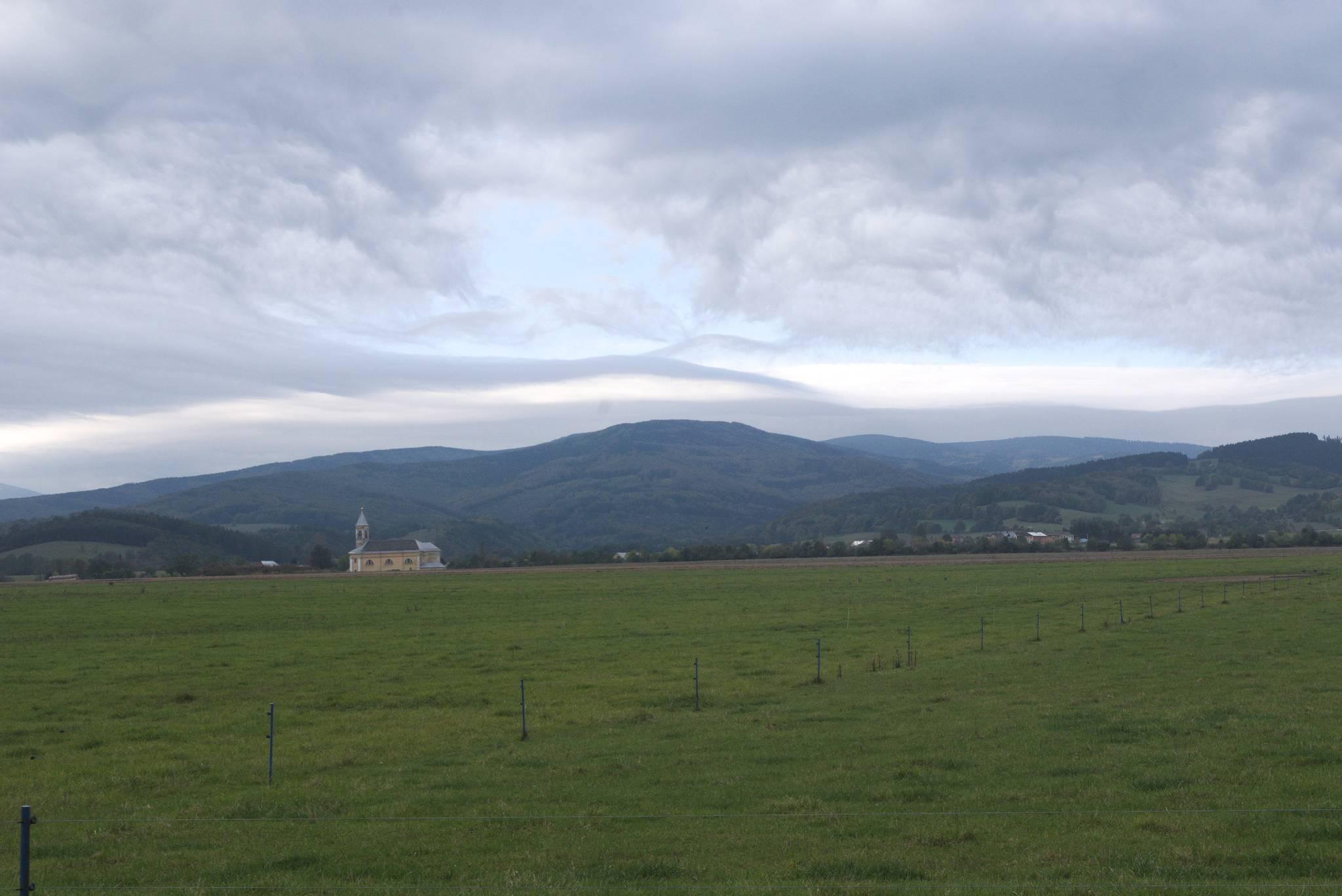 Chmury gęsto oplatają góry, ale ja jadę w drugą stronę
