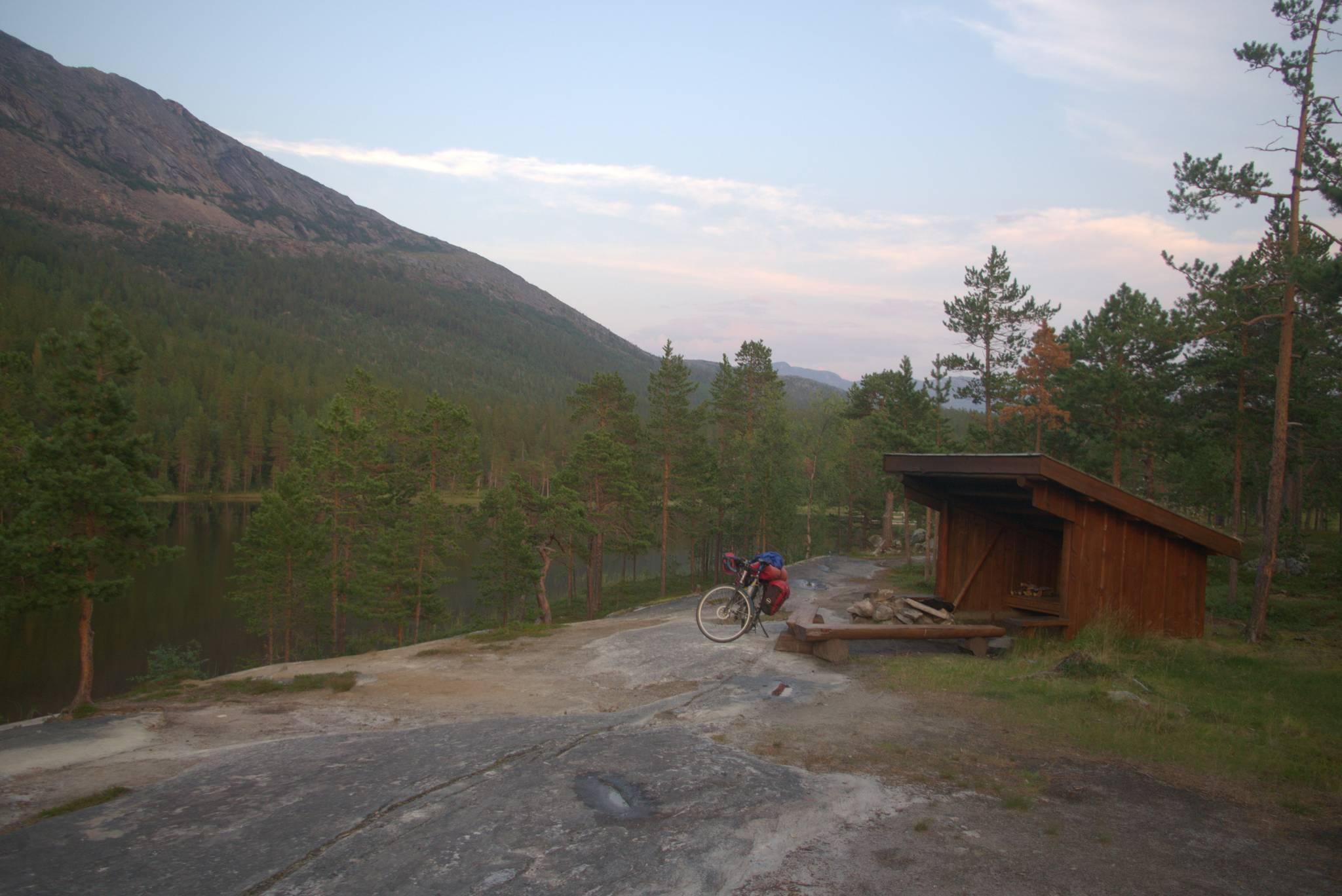 Za to w drodze na Saltfjellet trafiło się coś o wiele ciekawszego. Legowisko, trochę suchych szczapek, gazeta na rozpałkę i parę gwoździ do suszenia ubrań, idealne miejsce dla leniwego rowerzysty.