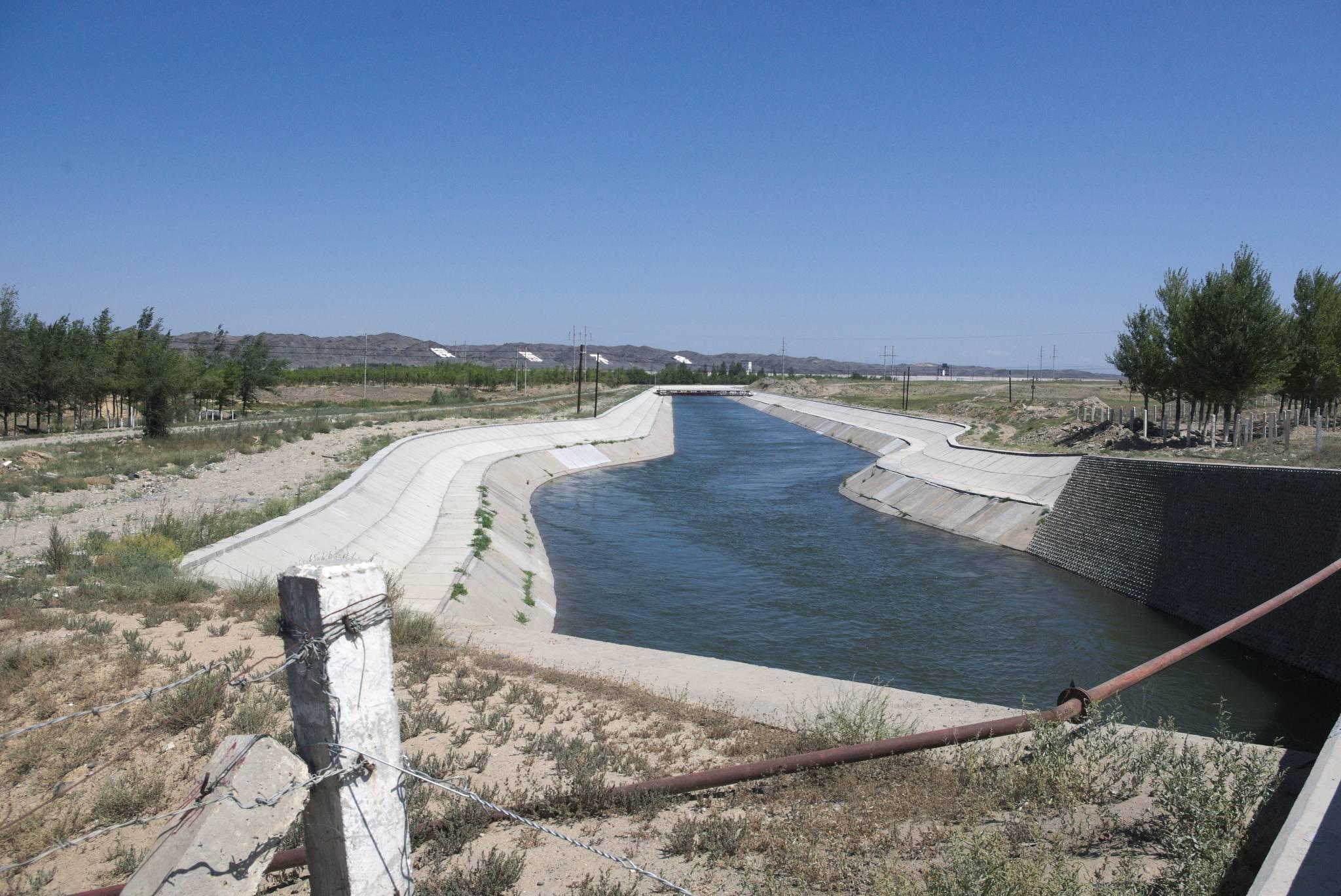 Kanał prowadzący wodę na pustynię