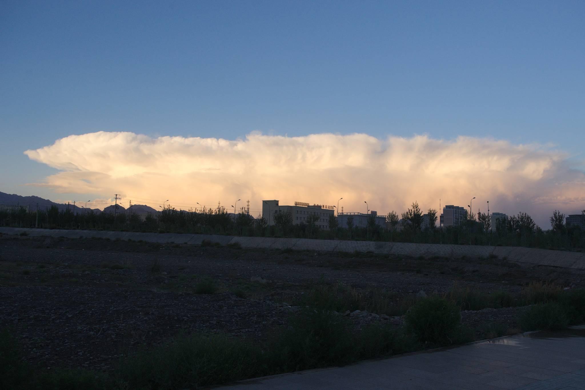 Potężna burzowa chmura nad miastem Wucha