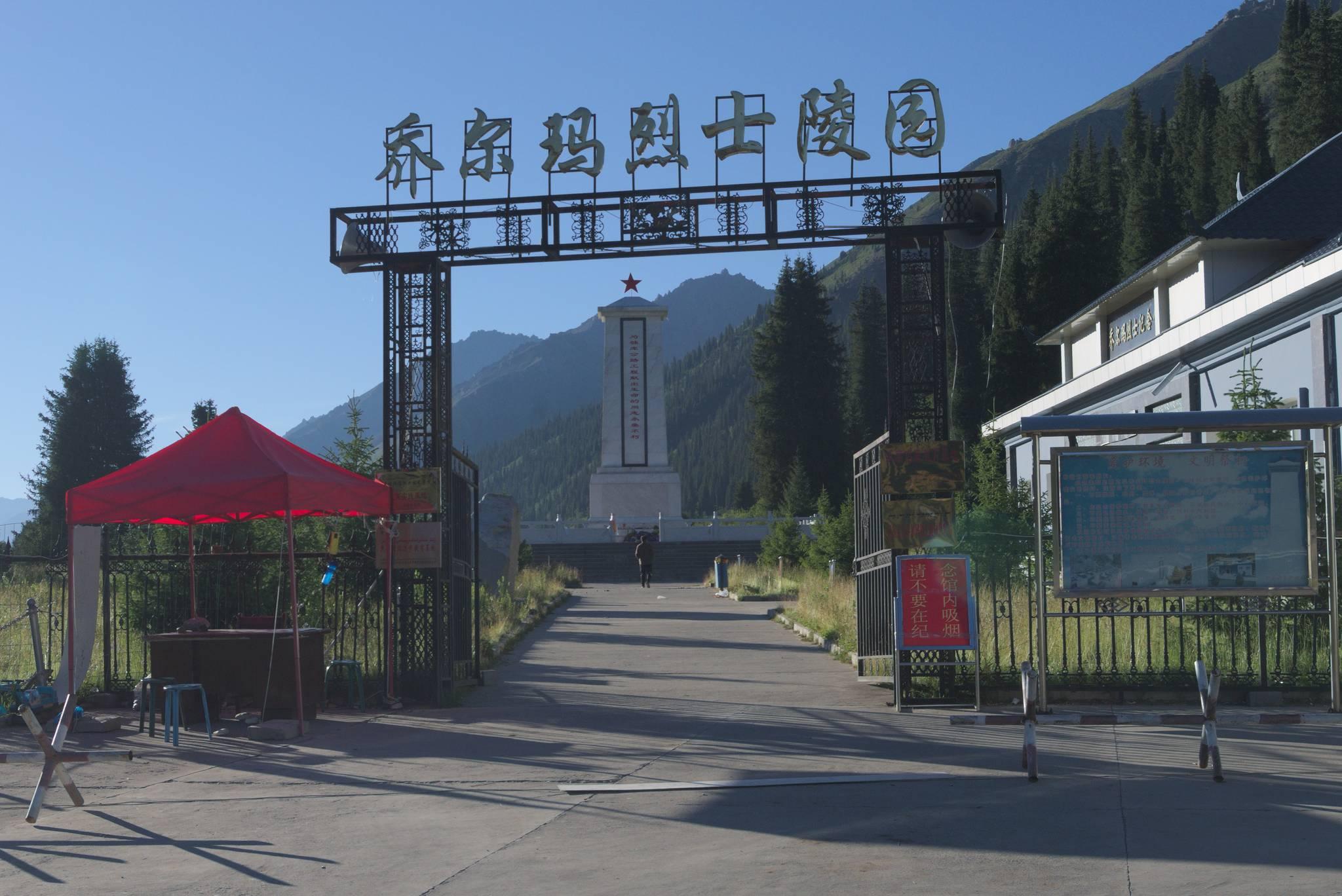 Pomnik poległym przy budowie. Drogę budowała chińska armia za Mao. Jak można się domyśleć, było trochę wypadków.