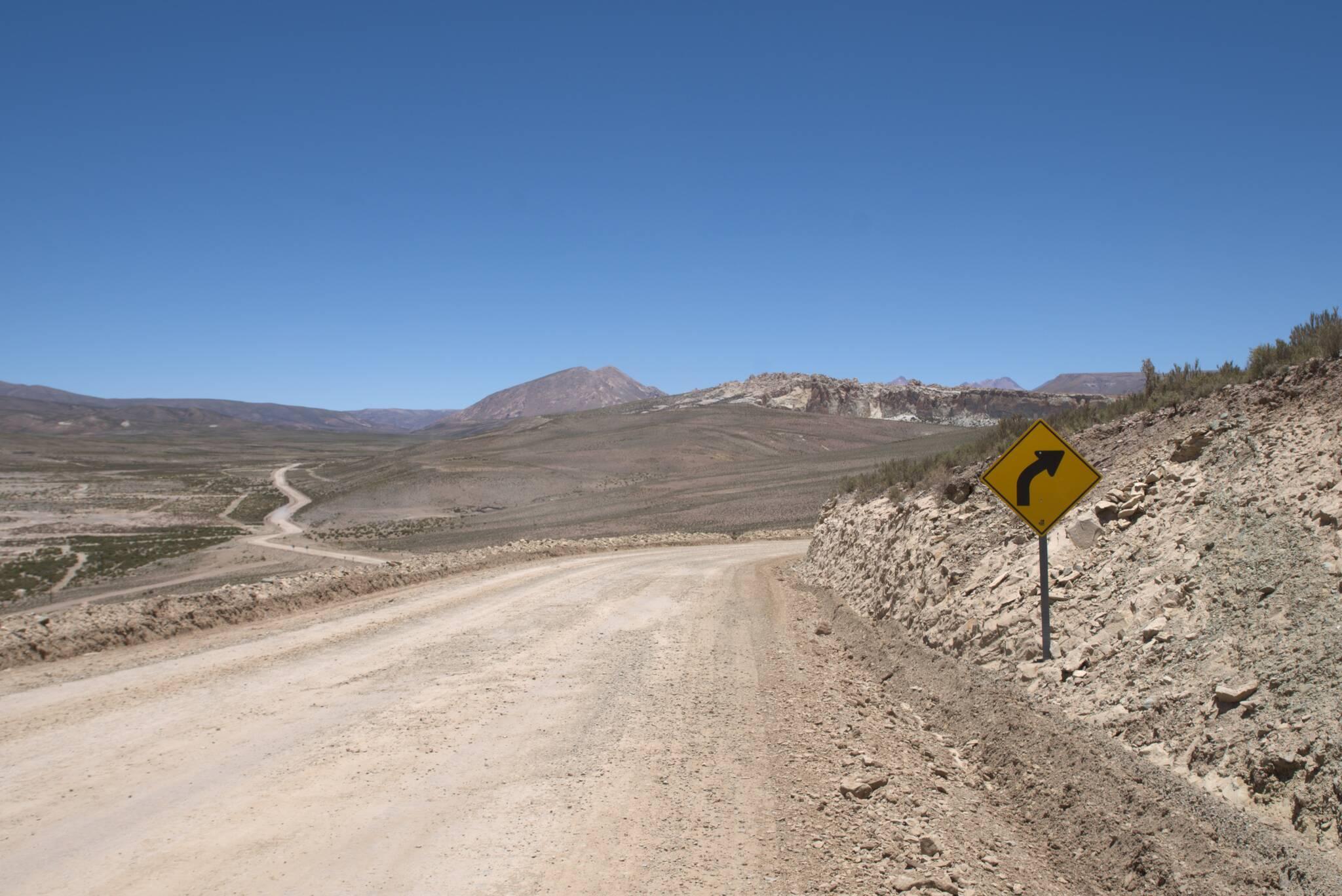 Droga w utrzymaniu, jeżdżą kopalniane ciężarówki