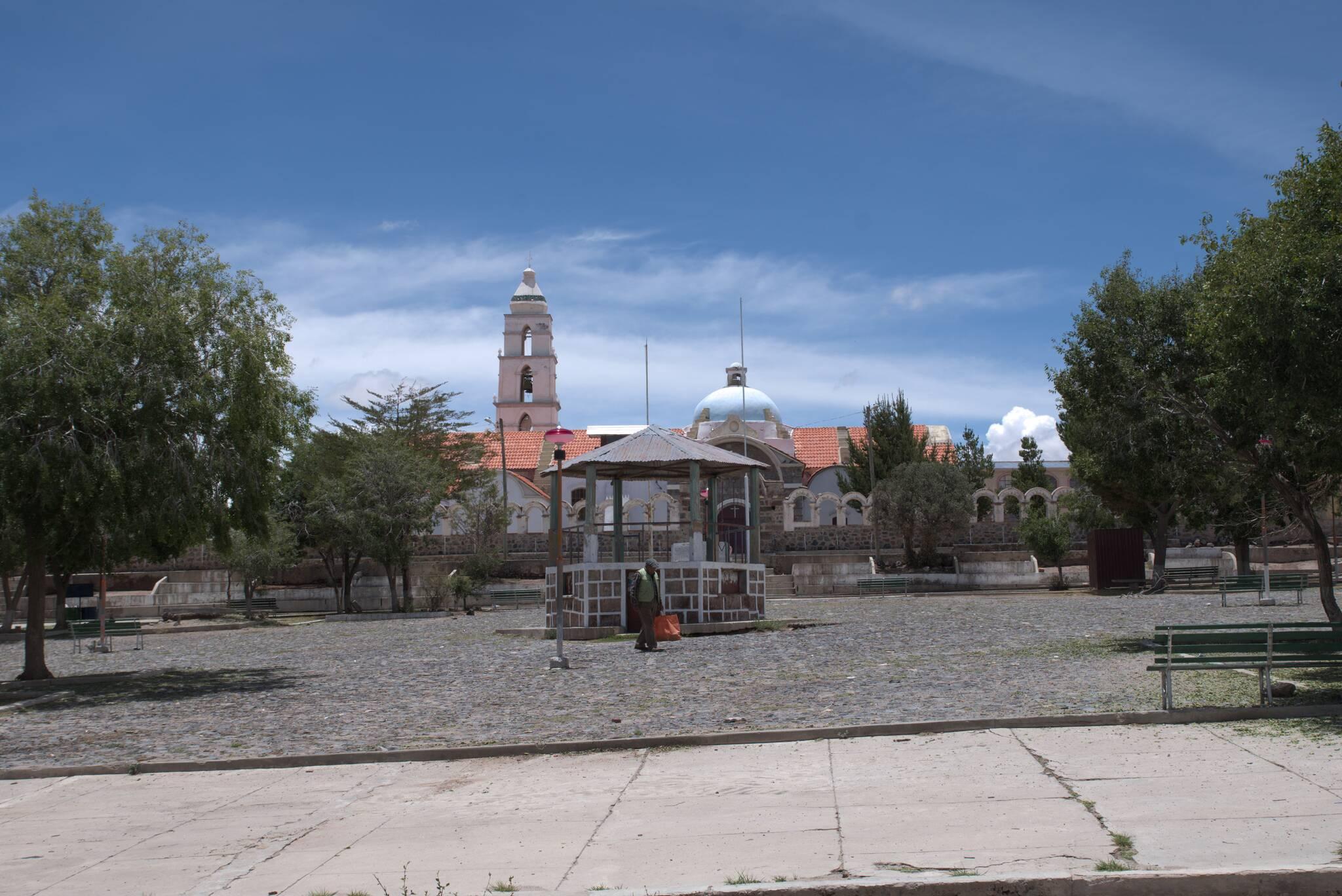 Sanktuarium Quillacas. Wbrew pozorom, horyzont jest wypoziomowany, to miejscowość jest na wzgórzu