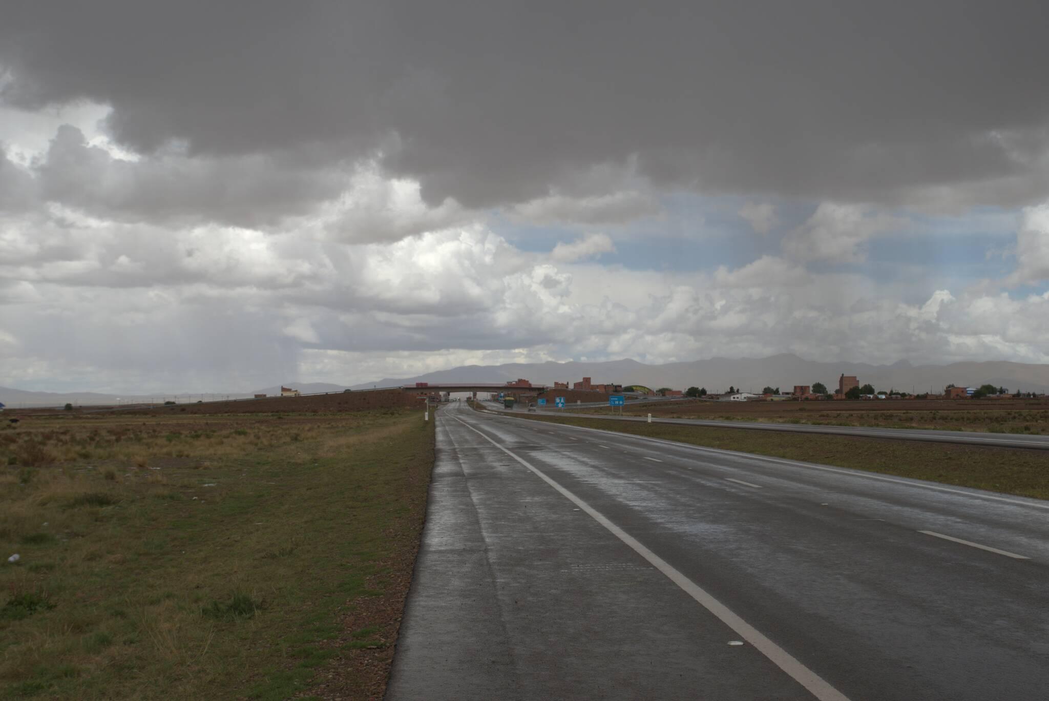 Dwupasmówka do Oruro. Największą zlewę przeczekuję w knajpie.