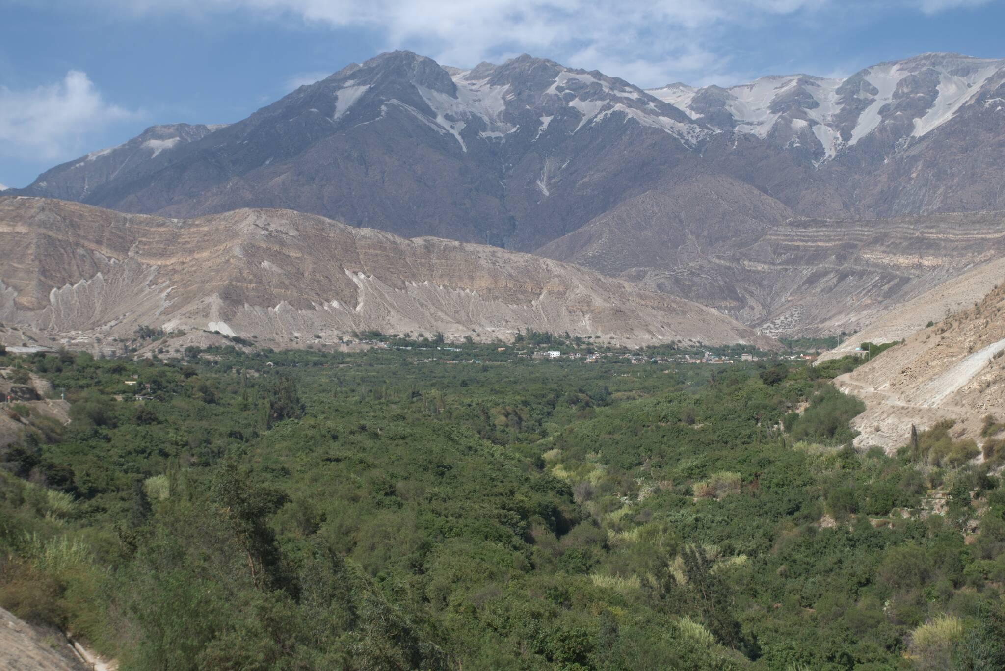 Miejscowość Omate u podnóża gór