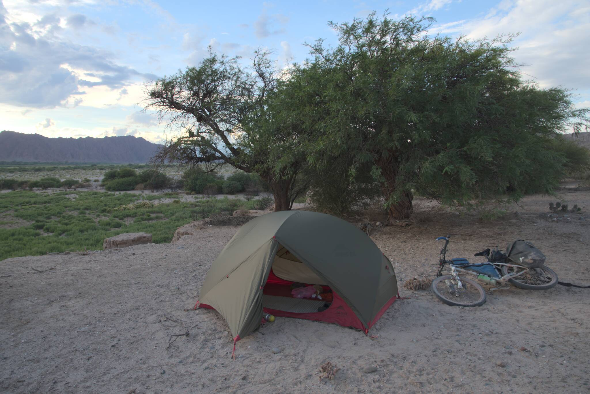 Rower w pyle i ja w pyle. Trzeba było jednak znaleźć jakieś miejsce bez kaktusów i śladów po okresowych strumieniach