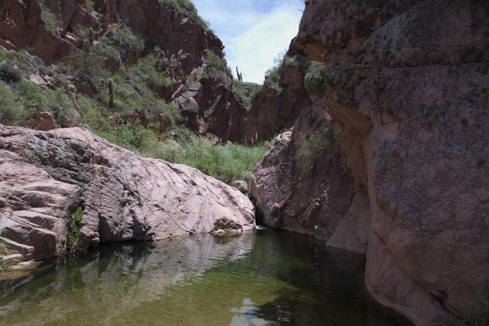 Naturalny basen w kanionie