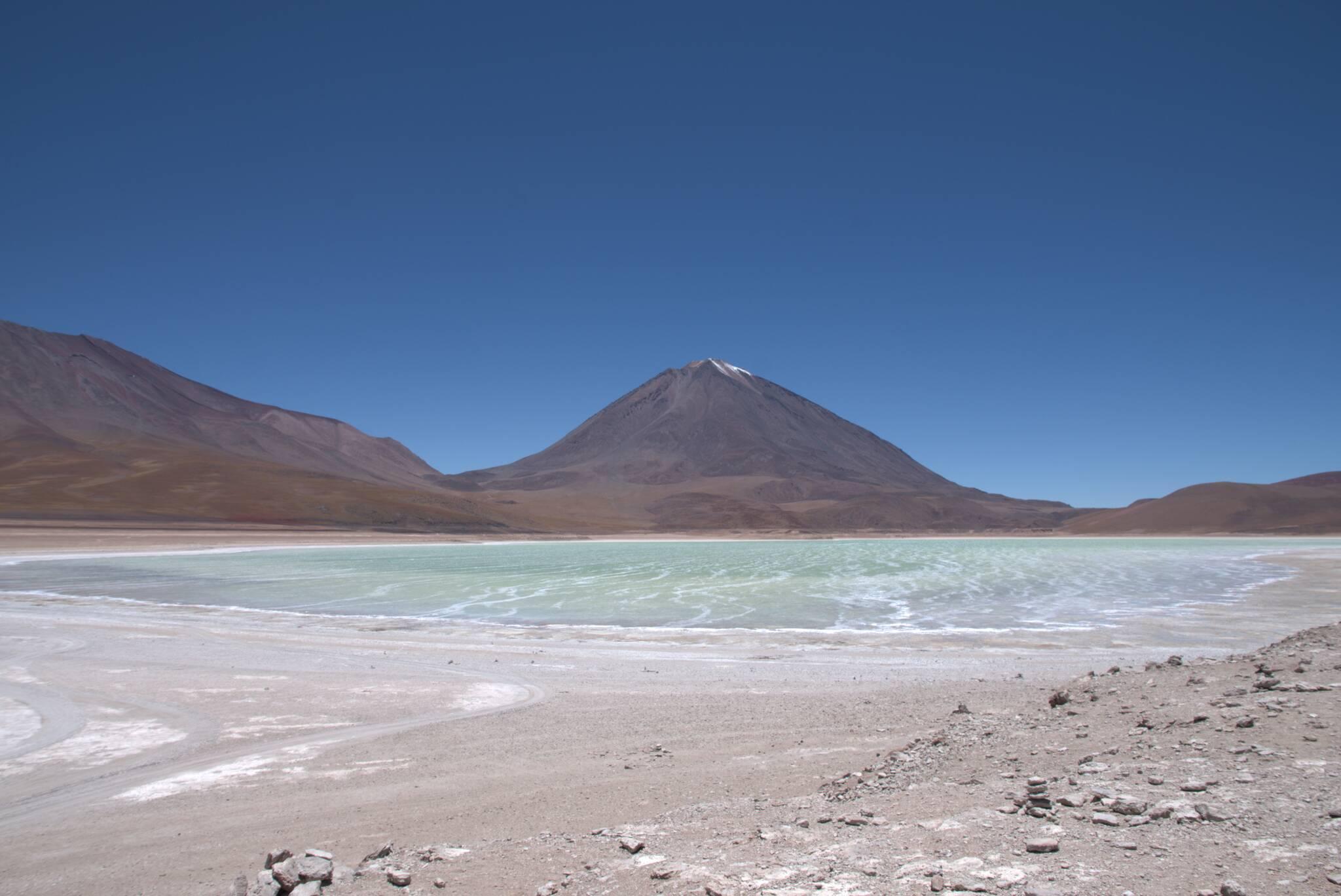 Laguna Verde ma nawet zgodny z nazwą kolor. Licancabur w tle