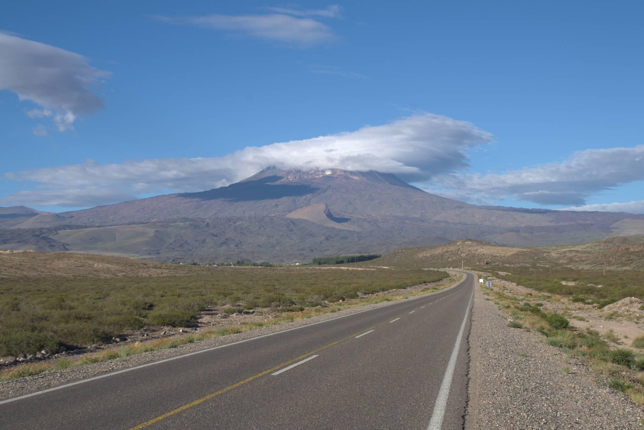 Czapka z chmur nad Wulkanem Tromen