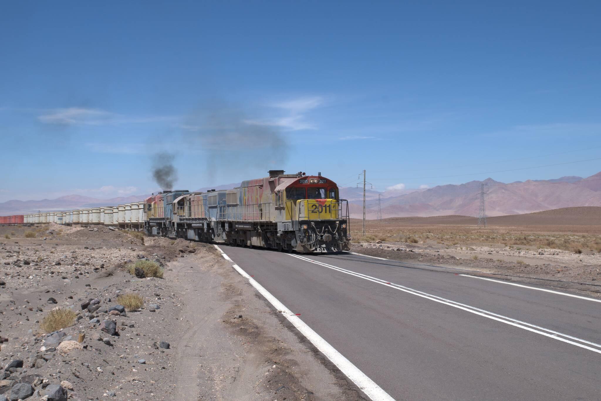 Długi pociąg na starej linii do Uyuni
