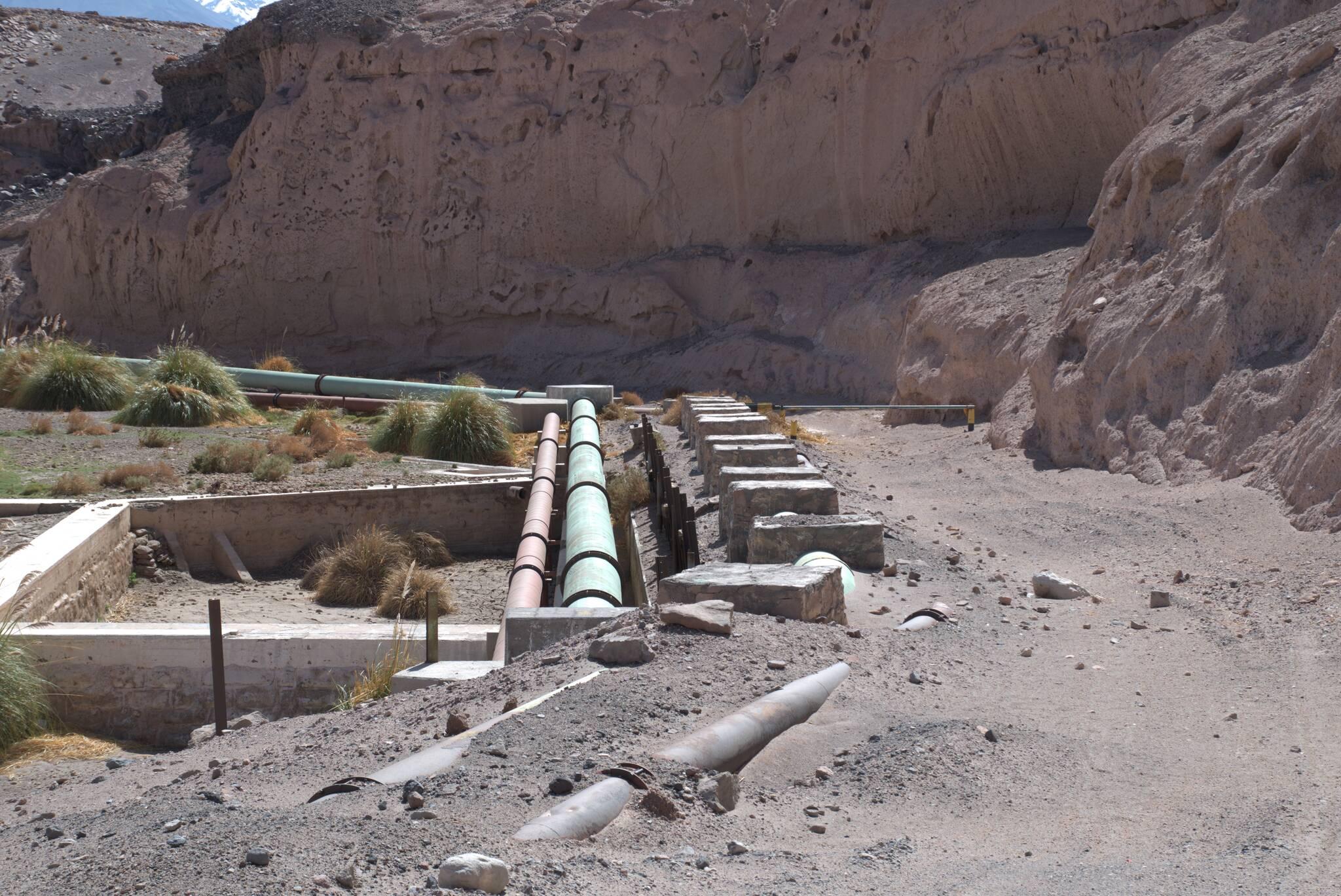 Wszędzie są rury, transportujące przemysłową wodę do kopalni