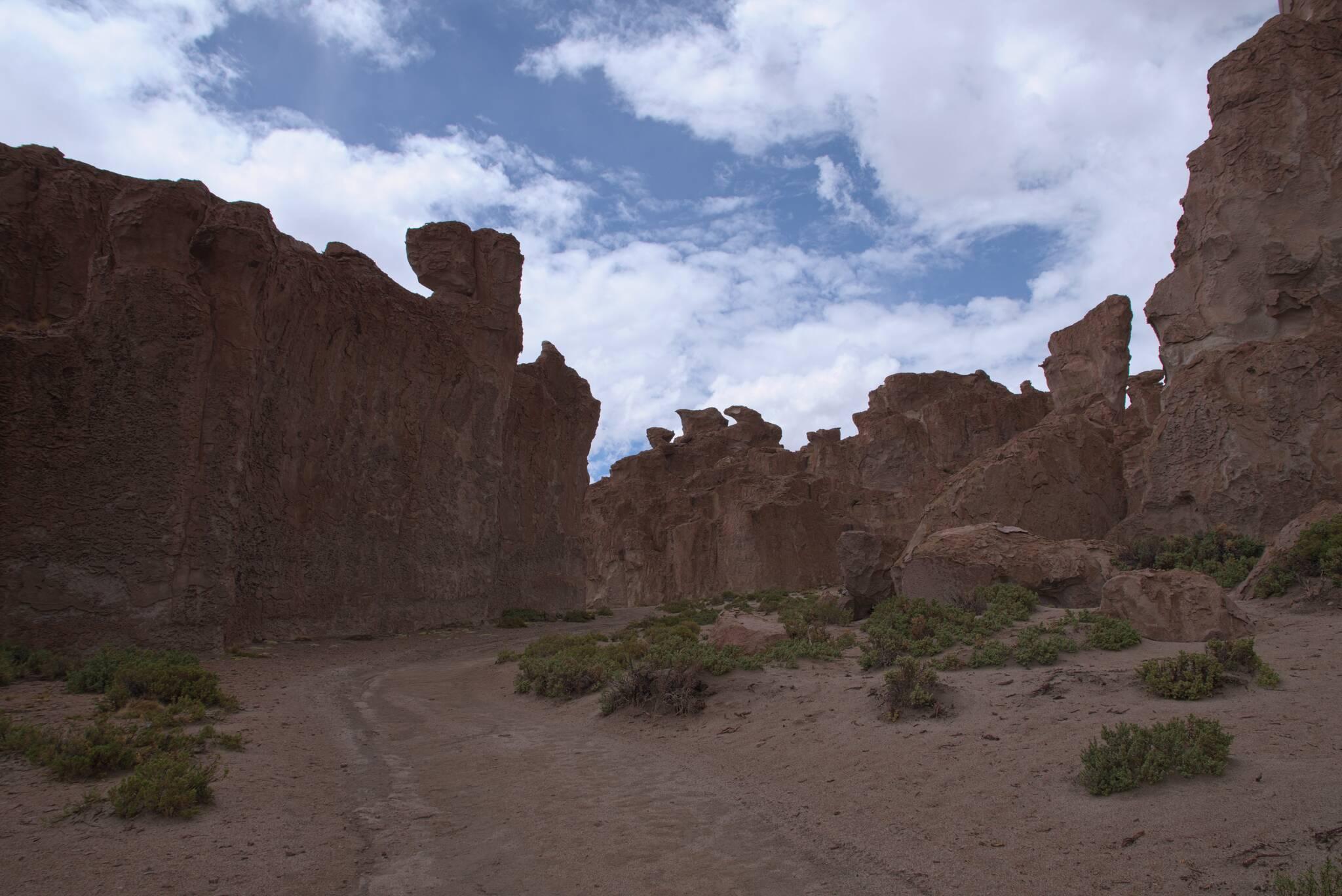 Można wjechać pomiędzy skały