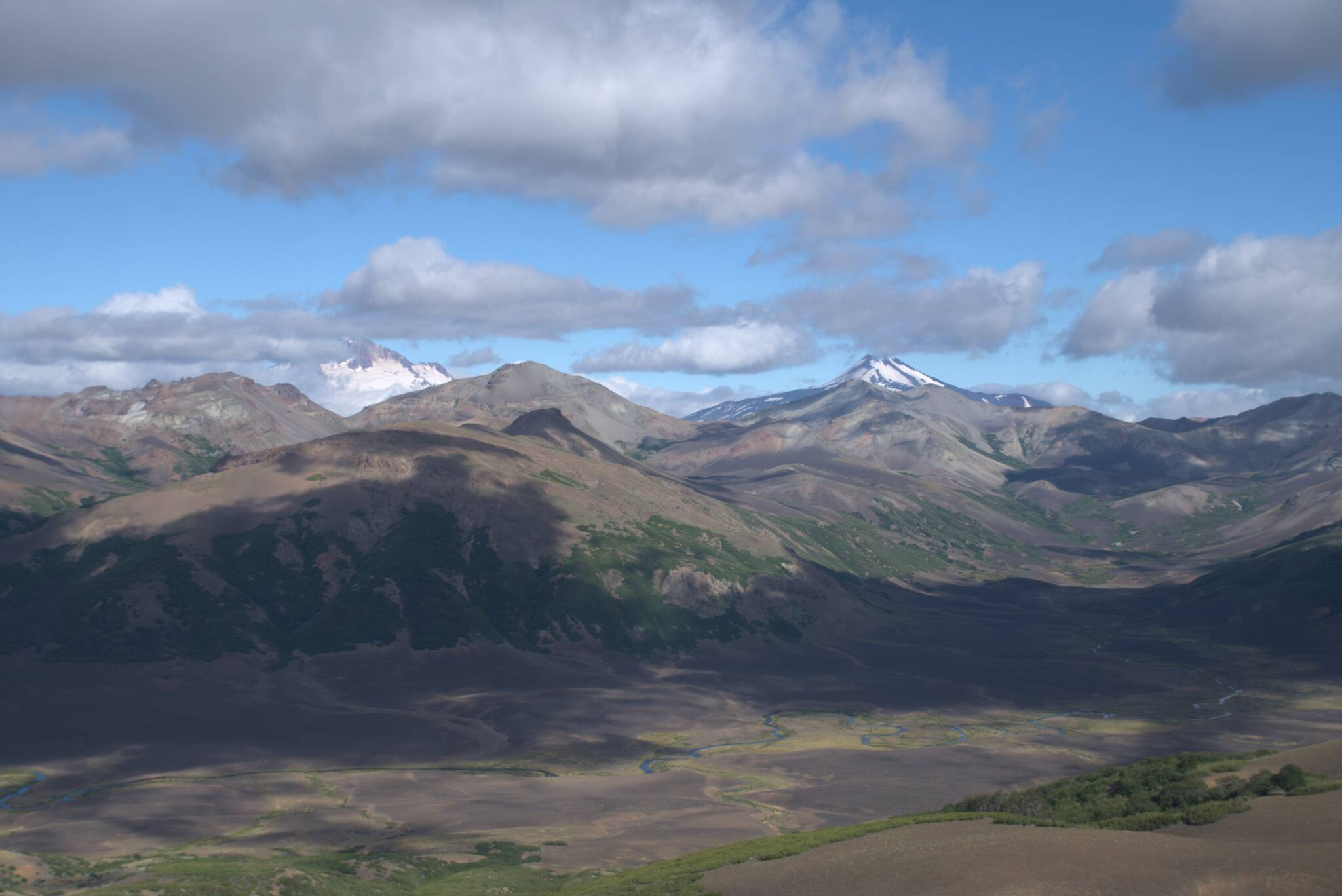 Wulkan Antuco po prawej