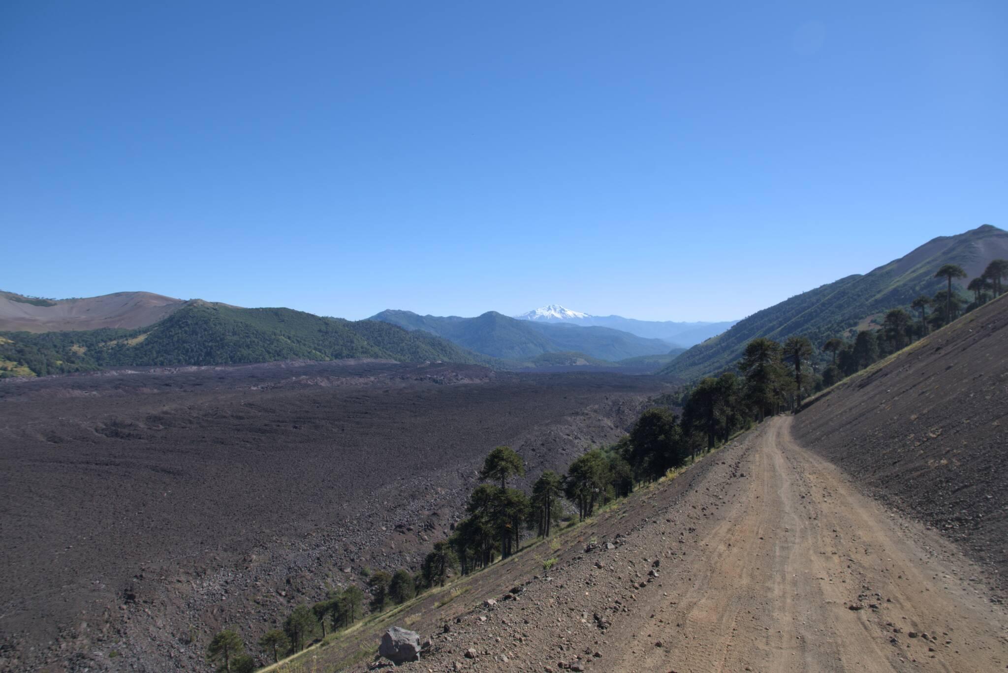 Pole lawowe w dole i wulkan Callaqui (ten sam co 3 dni temu)