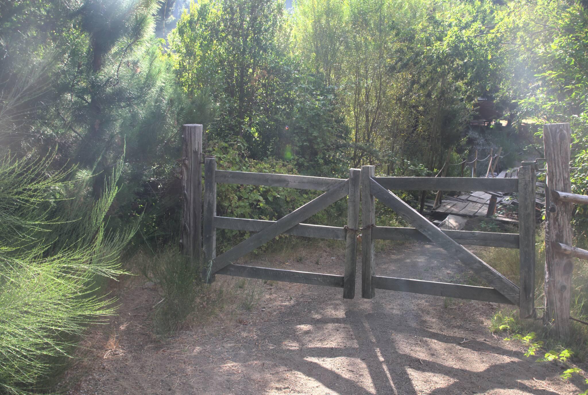 Lekko zawalony mostek, a bramę można objechać bokiem. Pieszy skrót, którego nie było na mapie.