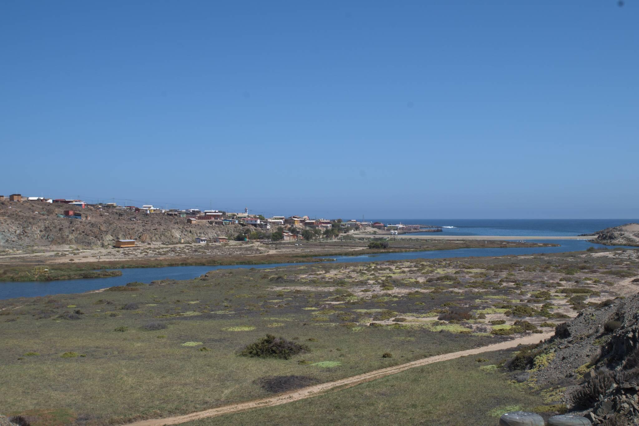 """Carrizal Bajo, niegdyś port eksportowy minerałów, dziś znacznie mniejsze miasteczko """"w połowie drogi"""""""
