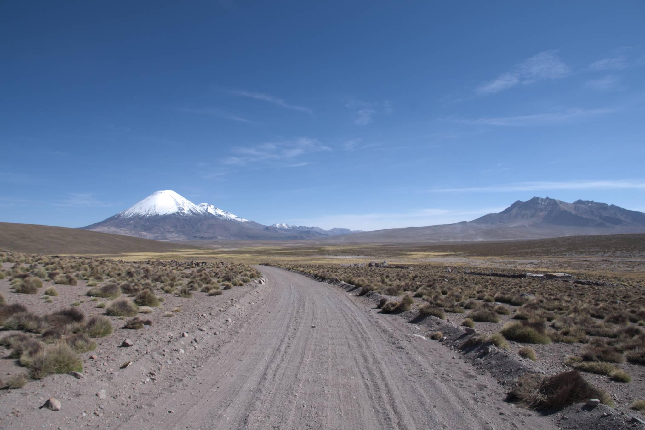 Po lewo wulkan Parinacota, po prawo Boliwia