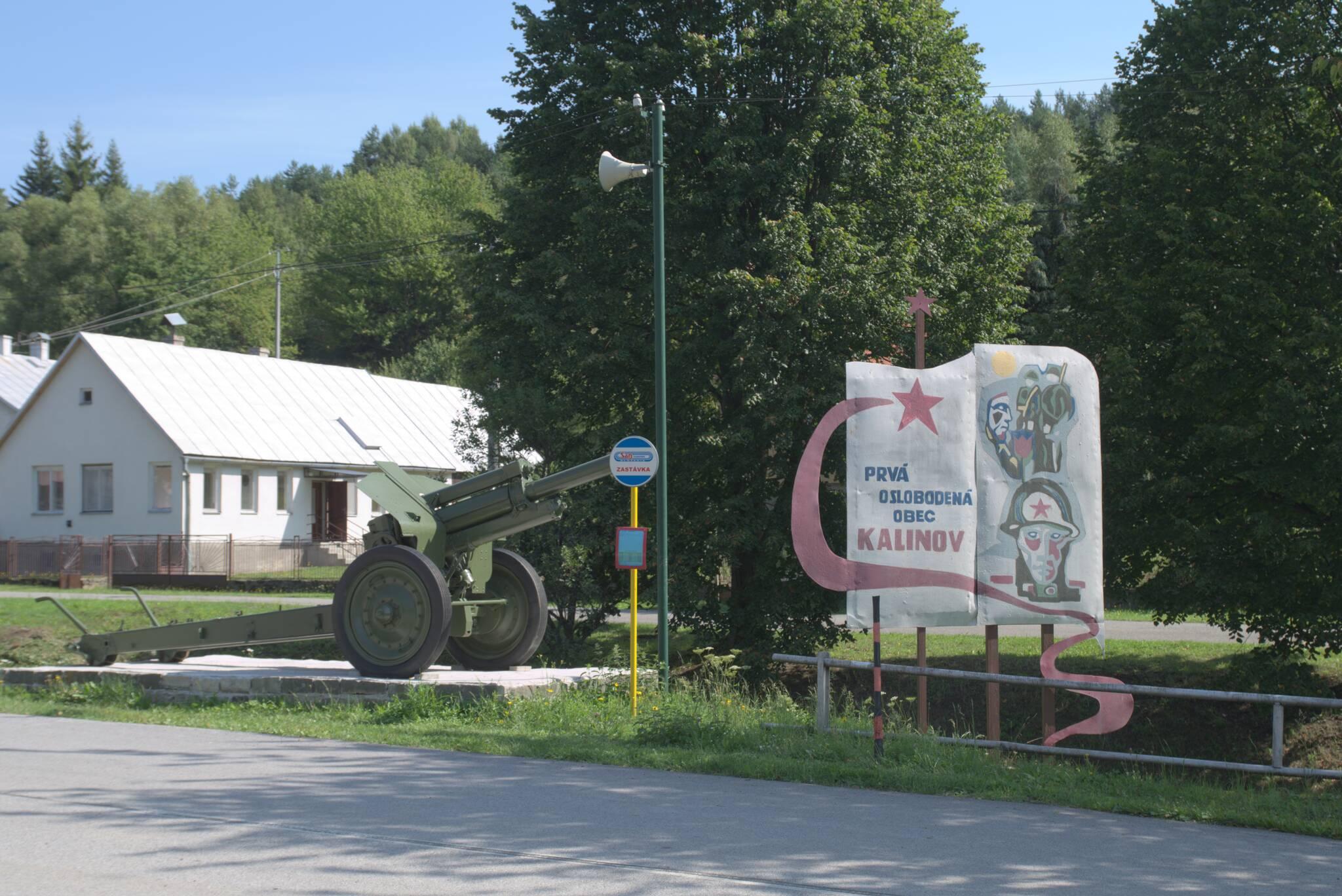 Wieś jest usiana ruskim złomem. Sporo czołgów i dział