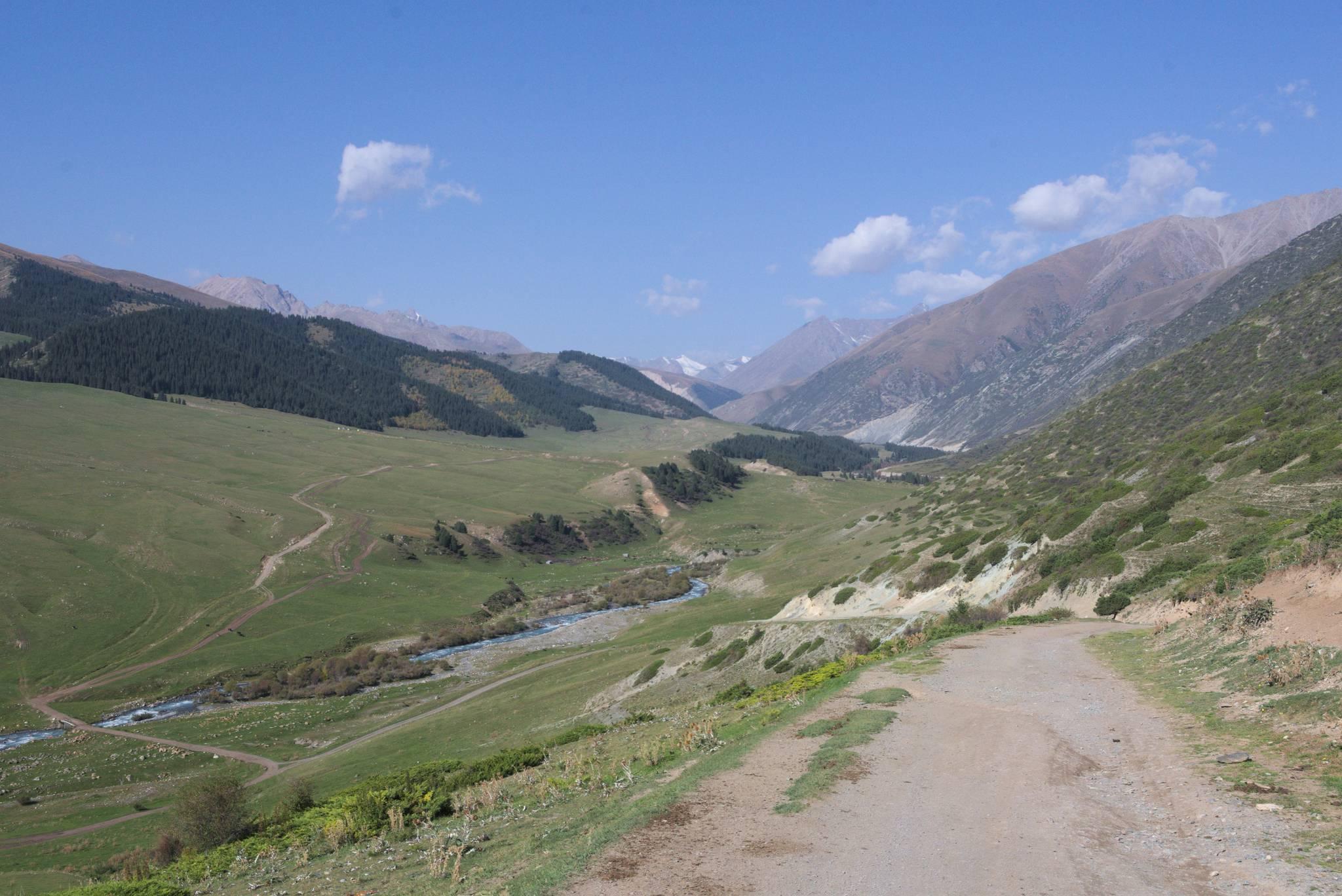 Przeskok przełęczą do drugiej dolinki. W górę się nie pchałem