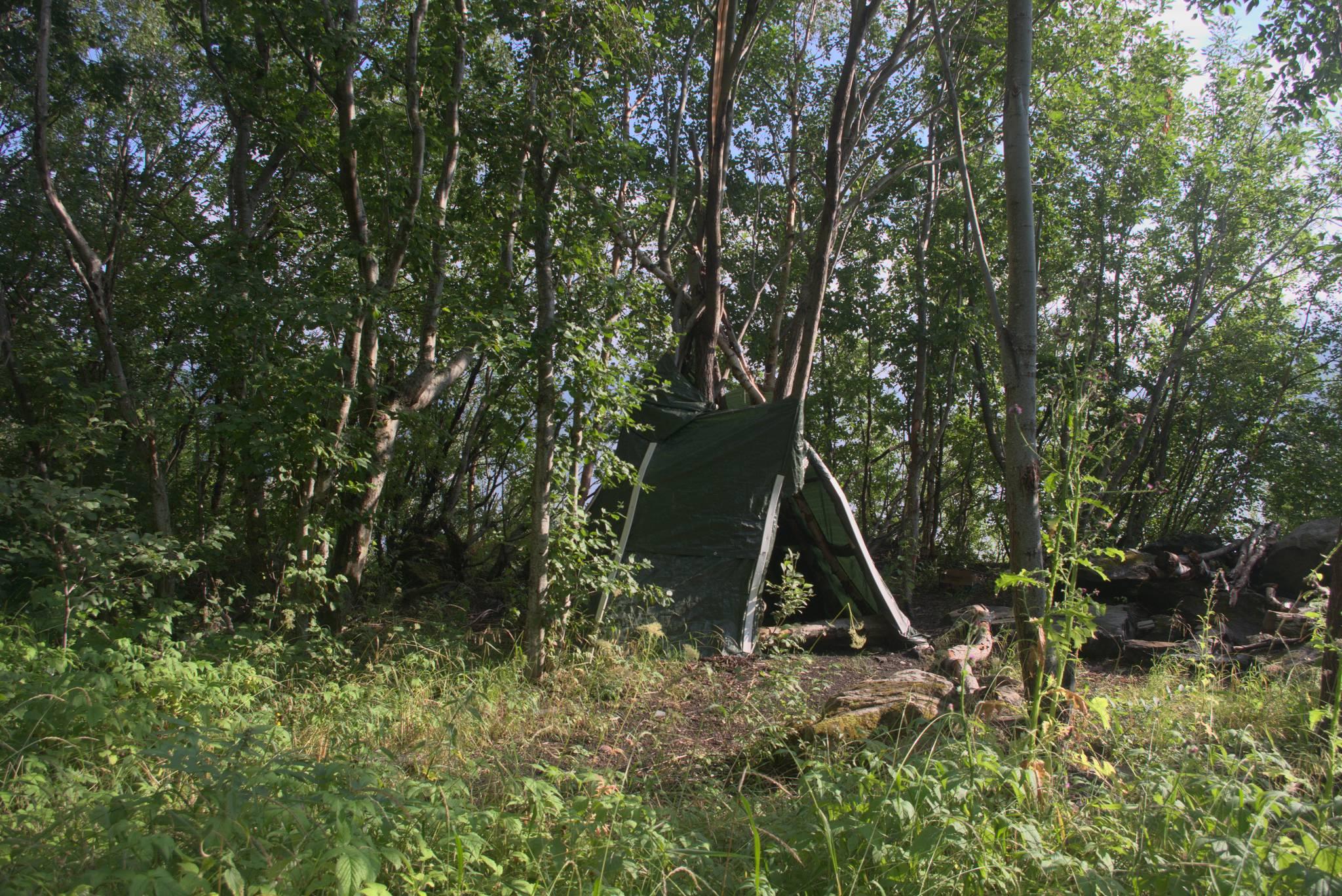 """Szałas na starej drodze omijającej tunel, która już niemal całkowicie zarosła. Cytat z NorwegianTunnelsPOI """"looked better for wild camping on than cycling along"""""""