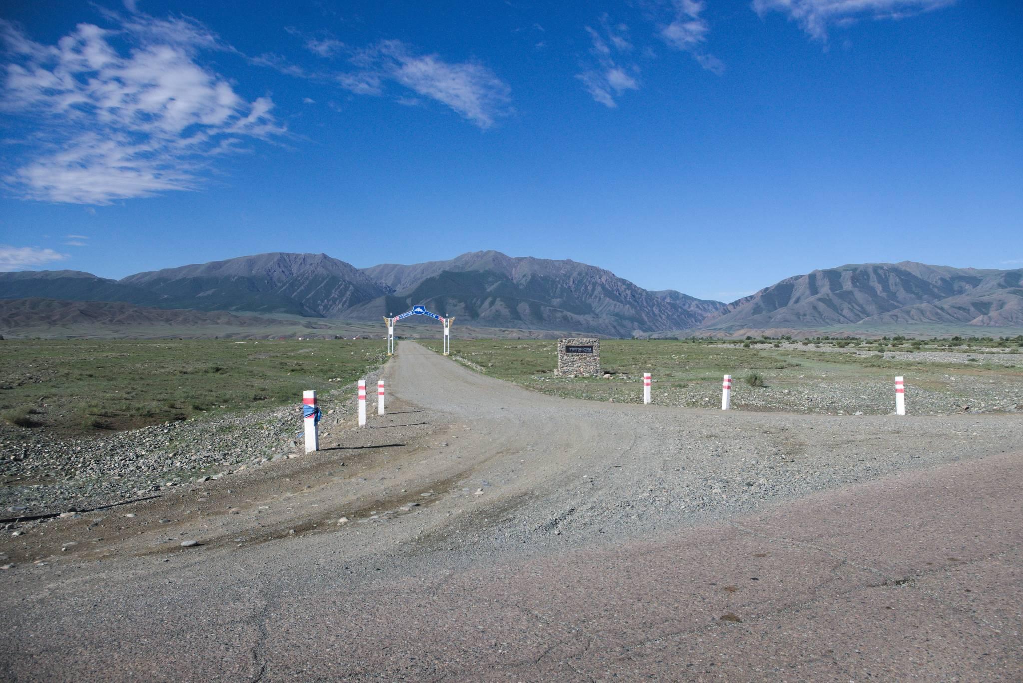 Droga do wioski pod górami