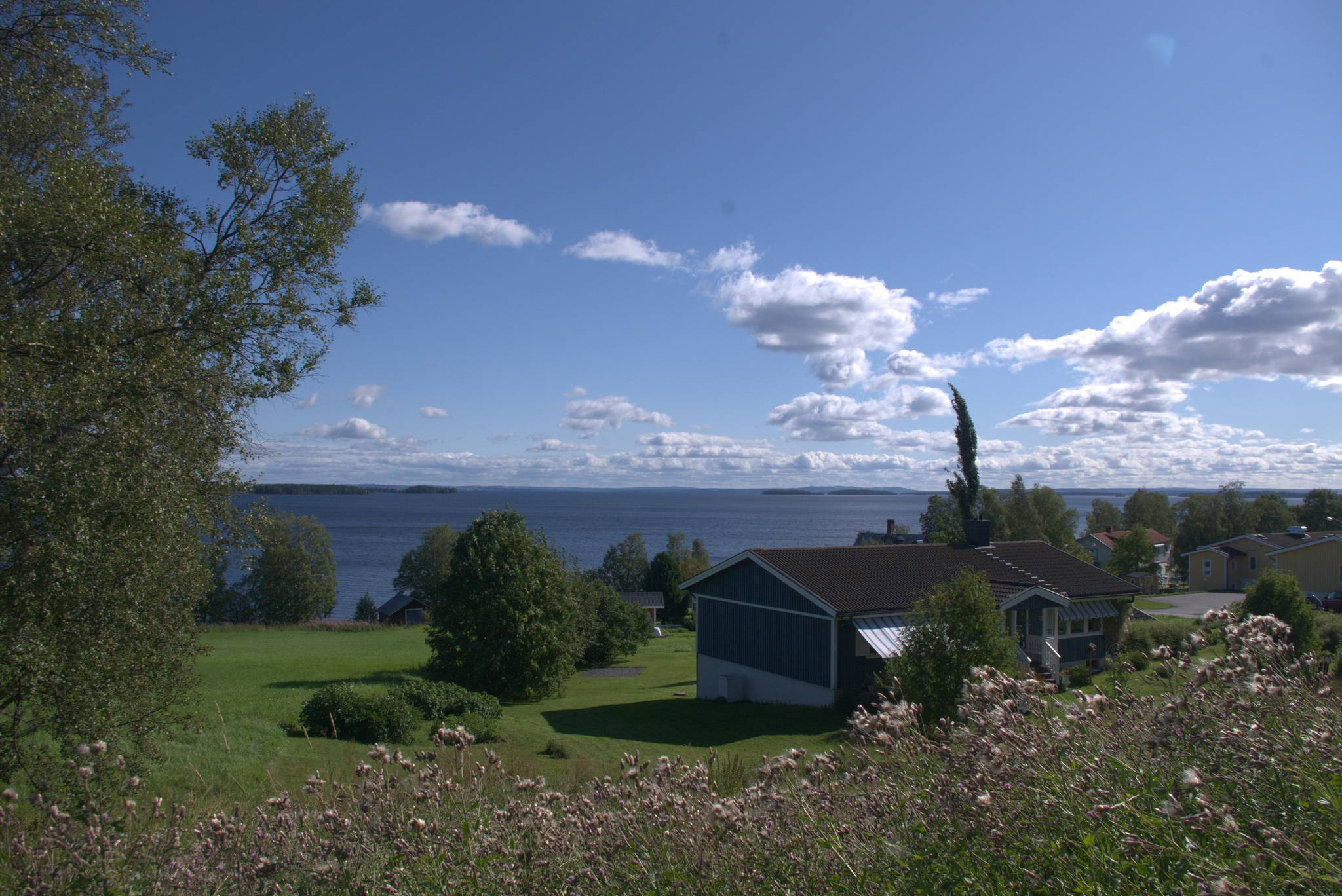 gdzieś po drugiej stronie jeziora znajduje się Ostersund